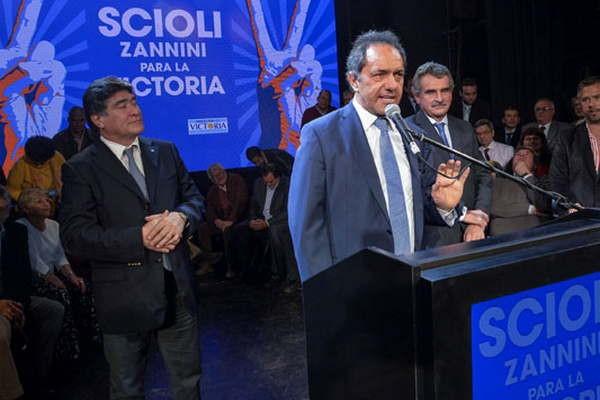 """Scioli prometió """"paritarias libres"""" y no se despega de los abusivos nombramientos para la Cámpora"""