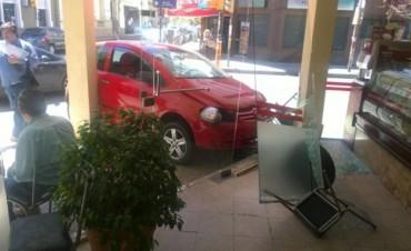 Un auto chocó con un colectivo y terminó adentro de una panadería