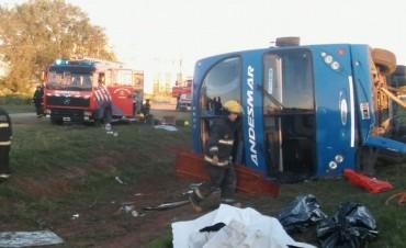 Impactante vuelco de un colectivo en Río Cuarto dejó dos muertos