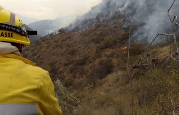 Dos focos de incendio son combatidos por los bomberos en las sierras