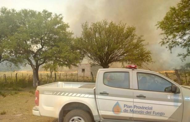 Evacuaron unas 35 presionas por un gran incendio en Córdoba