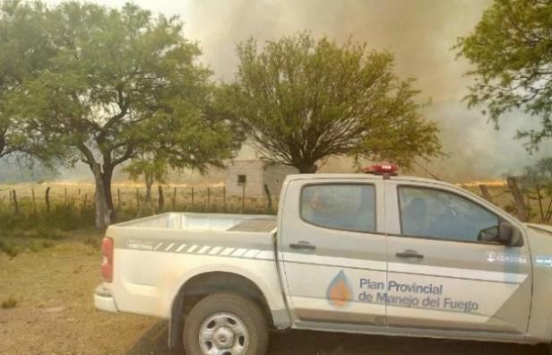 Bomberos combaten incendio en Salsacate