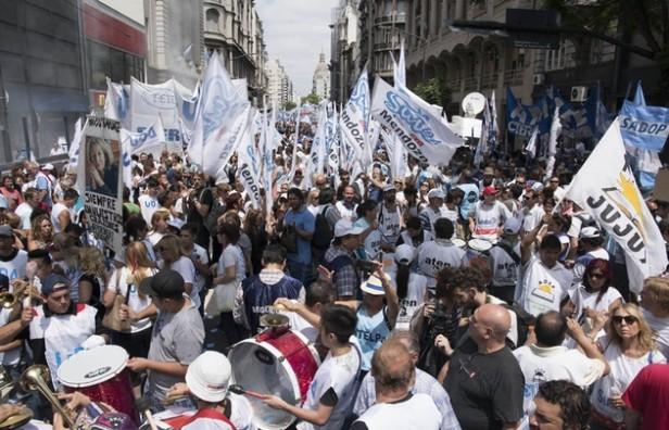 Docentes de todo el país paran mañana en rechazo a reformas