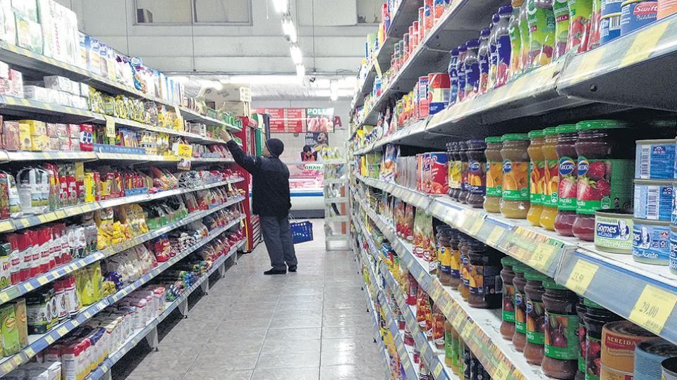 Los precios se descongelan: supermercados aumentan alimentos y el jueves sube la nafta