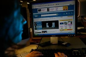 Para cuidar los dólares, traban las compras por Internet