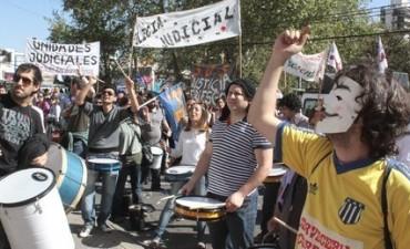 Masiva marcha de trabajadores de ATE, UTS y SEP a Casa de Gobierno