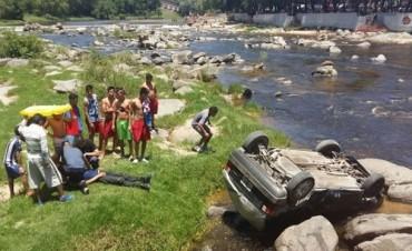 Carlos Paz: Joven cayó con su auto al río y salió ileso