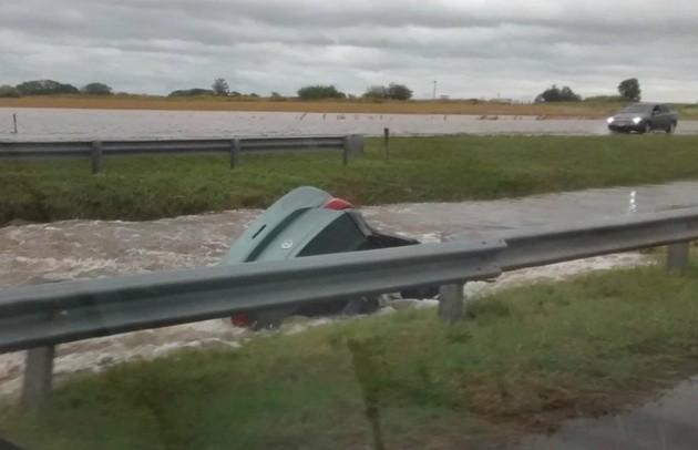 Dos desaparecidos en Ramallo luego de que un auto cayera en un arroyo