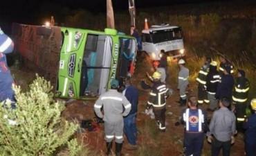 Un colectivo con estudiantes argentinos volcó en Brasil y murieron 3 personas