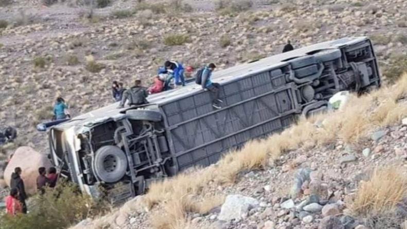 Tres muertos al volcar un colectivo en Uspallata