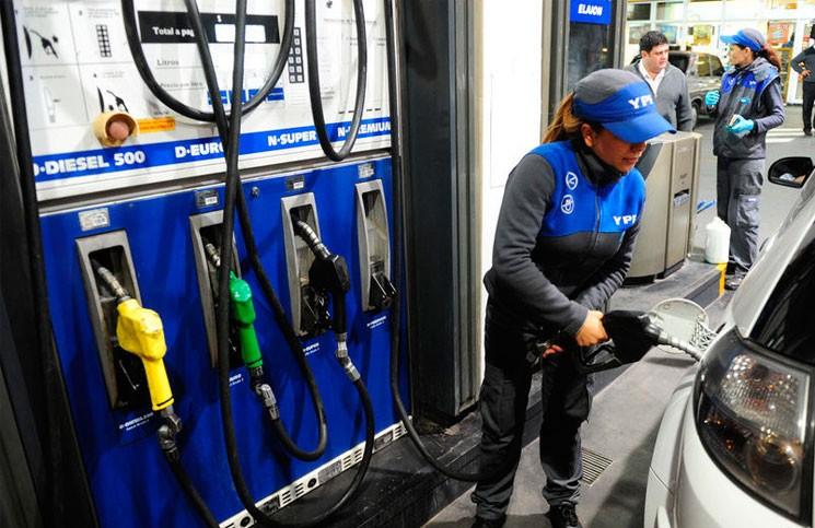 YPF bajó el precio de las naftas 40 centavos pero aumentó el gasoil 5 pesos