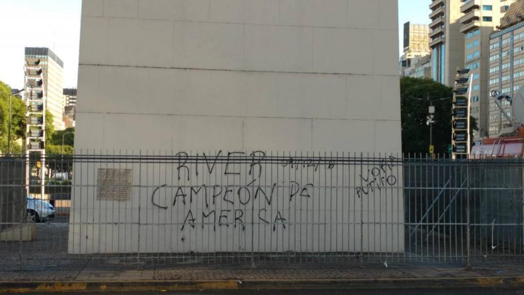 El Obelisco amaneció con pintadas tras los festejos por la conquista de River de la Copa Libertadores