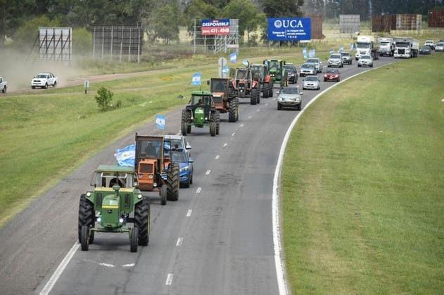 Fuerte tractorazo en protesta por retenciones