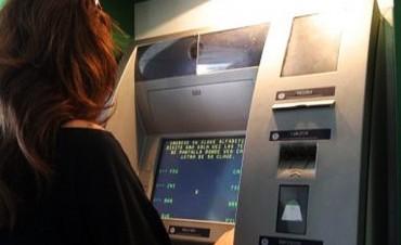 Los bancos fijaron nuevos límites para extraer dólares en el exterior