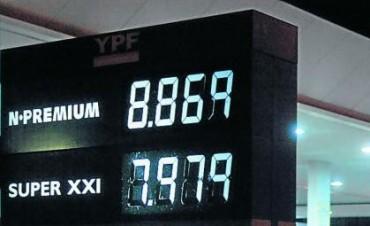El gobierno borra con el codo lo que escribe con la mano. Subieron las nafta premium de YPF