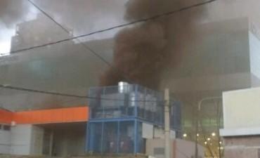 Lograron controlar las llamas en el edificio de clínica GEA